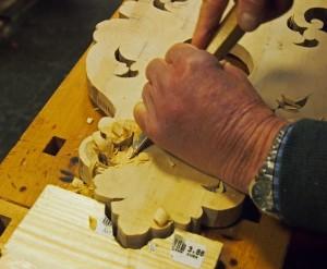 ... ved hjelp av skarpt verktøy, stødige hender og et lass tålmodighet...
